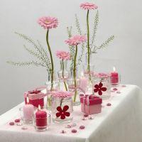 Des décorations de table dans le blanc et le rose
