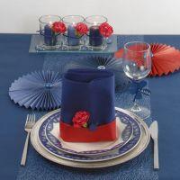 Une décoration de talbe bleue avec un touche de rouge