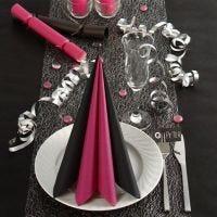 Des décorations de table en noir et rose