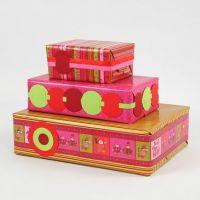 Des cadeaux emballés dans du papier design Vivi Gade (la série Helsinki)