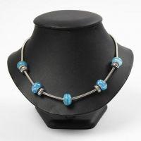 Un collier articulé avec des perles en verre et en métal