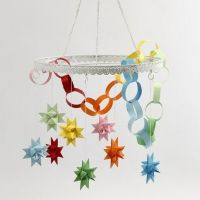 Un anneau en métal avec des étoiles colorées et une chaîne de papier