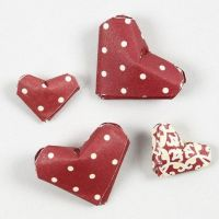 Des coeurs miniatures faits à partir de bandes de papier étoiles