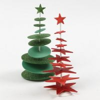 Un sapin de Noël en caoutchouc mousse poinçonné, placé sur une barre puis sur un socle