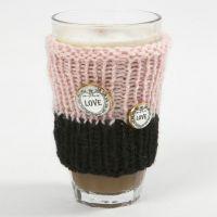 Une tasse douillette tricotée avec du fil Melbourne