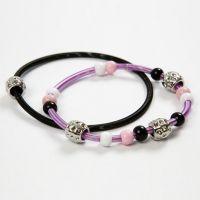 Des bracelets ressorts en métal avec des perles