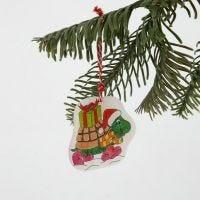 Une décoration à suspendre en plastique thermo-rétractable avec un dessin de Noël