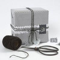 Un cadeau empaqueté en uilisant du papier cadeau Vivi Gade Design