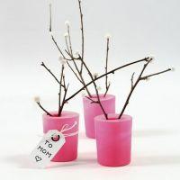 Des branches naturelles décorées de baies en Silk Clay dans un verre recouvert d'un ballon