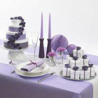 Un gâteau de mariage artificiel fabriqué à partir de boîtes blanches avec des fleurs en papier et du ruban