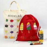 Décoration textile sur un sac de courses et un sac à chaussures