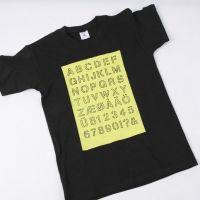 Un T-Shirt avec l'alphabet dessiné sur une surface peinte