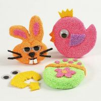 Des aimants faits à partir de formes de papier-mâché plates avec de la pâte Foam Clay et des yeux mobiles