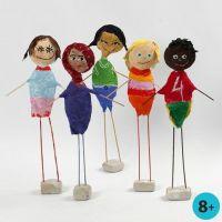 Des enfants de tous les continents faits en polystyrène avec des bandes plâtrées