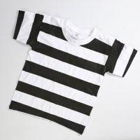 Un uniforme de prison fait à partir d'un T-shirt blanc sur lequel sont peintes des bandes noires
