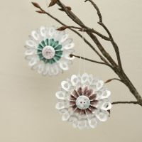 Des rosettes en papier décorées avec du ruban adhésif de masquage et un bouton