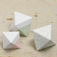 Un diamant en papier cartonné peint et plié