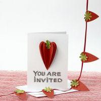 Une invitation décorée de fraises faites à partir de papier martelé