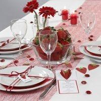 Une carte de menu et des marques-places décorés avec des fraises en 3D réslisées à partir de papier martelé