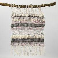 Une image tissée avec du fil de coton, de la laine et des bandes textiles