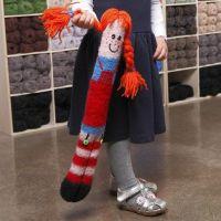 Une longue poupée câline tricotée et feutrée