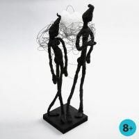 Une sculture faite avec du fil pour fleur, du ruban adhésif de masquage et de pâte Foam Clay