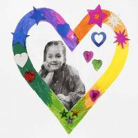 Un cadre de papier cartonné en forme de coeur, décoré avec des marqueurs Colortime et des sequins