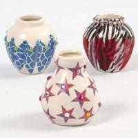 Un vase en terre cuite décoré avec la technique du découpage et des pierres de strass