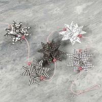 Des étoiles tissées selon le design Paris et des perles en bois sur une ficelle
