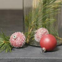 Des boules en terre cuite, peintes et décorées avec des paillettes