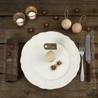 Décorer une table de Noël avec des matériaux naturels
