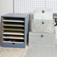 Une unité de stockage et un set de boîtes décorées style Vintage