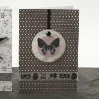 Une carte de vœux décorée d'un coquillage Capiz et d'un autocollant