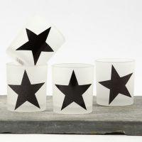 Des bougeoirs décorés d'étoiles faites avec du papier Design