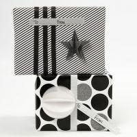 Emballage cadeau avec du papier cadeau de chez Vivi Gade Design et des décorations (la série Parie)