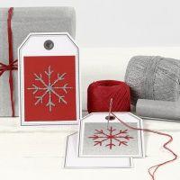 Une carte postale comme étiquette cadeau avec un flocon de neige brodé