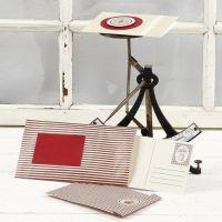 Un sac en papier et une carte de voeux décorée avec des autocollants - le tout provenant de chez Vivi Gade Design