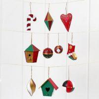 Des décorations de Noël à suspendre en papier-mâché, peintes et décorées