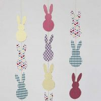 Guirlande verticale de lapins de Pâques en papier cartonné
