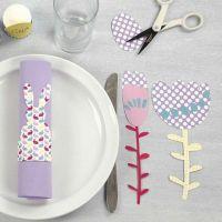 Des fleurs faites dans du papier cartonné à motifs et du papier cartonné uni
