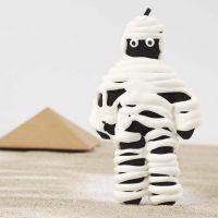 Une momie faite à partir d'une poupée en tissu peinte en noir enroulée dans de la pâte Silk Clay