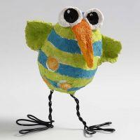 Une poule faite à partir d'un oeuf en polystyrène recouvert de pâte à papier et avec des pattes en fil bonsaï