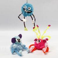 Des animaux fantaisie faits avec des pompons, des fils chenille, des perles et de la pâte Silk Clay