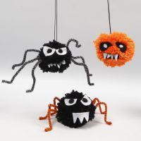 Bestioles effrayantes d'Halloween faites avec des pompons, du fil chenille et du feutre
