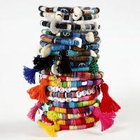 Un bracelet fait avec de perles et des pompons Katsuki