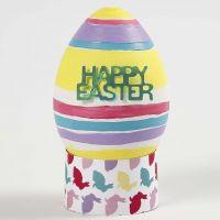 Un œuf en plastique blanc réaliste, peint et décoré