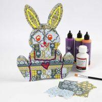 Un lapin de Pâques en papier mâché recouvert avec du papier de découpage