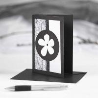 Une carte de vœux noire avec des décorations noires et blanches