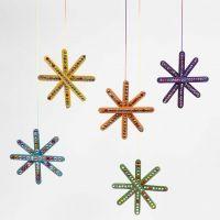 Une étoile colorée faite à partir de bâtonnets et décorée de pierres de strass