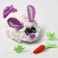 Un lapin en pâte Foam Clay sur un socle à mouvements mécaniques